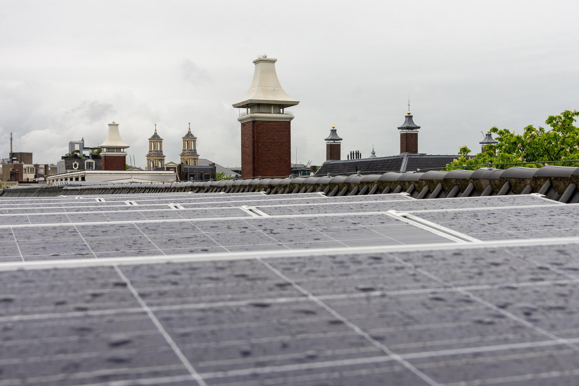 Zonnepanelen op dak Hermitage