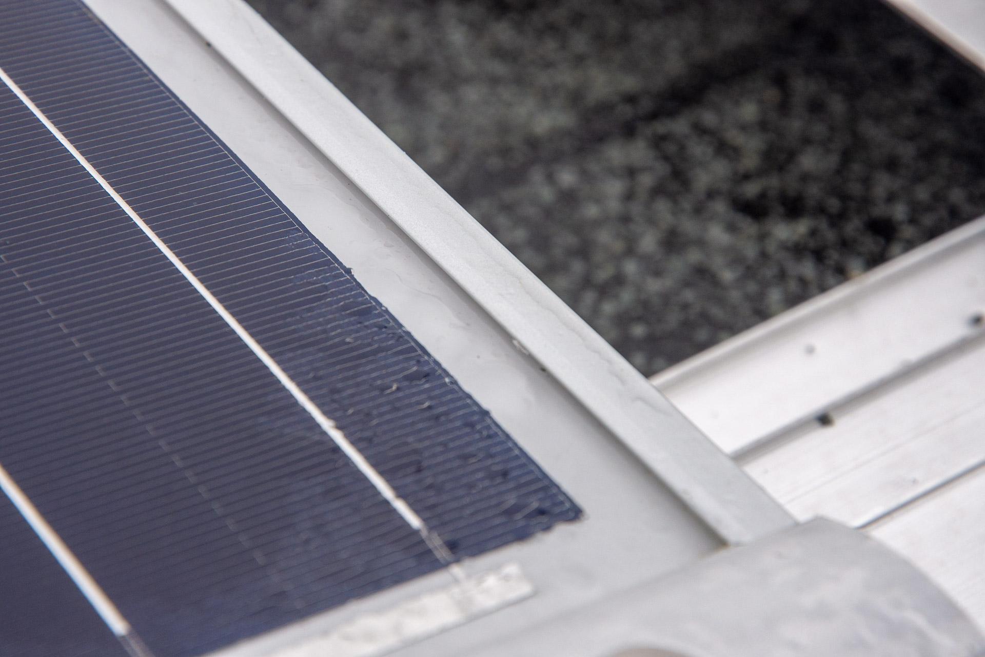 Ronde rand van de gemonteerde zonnepanelen