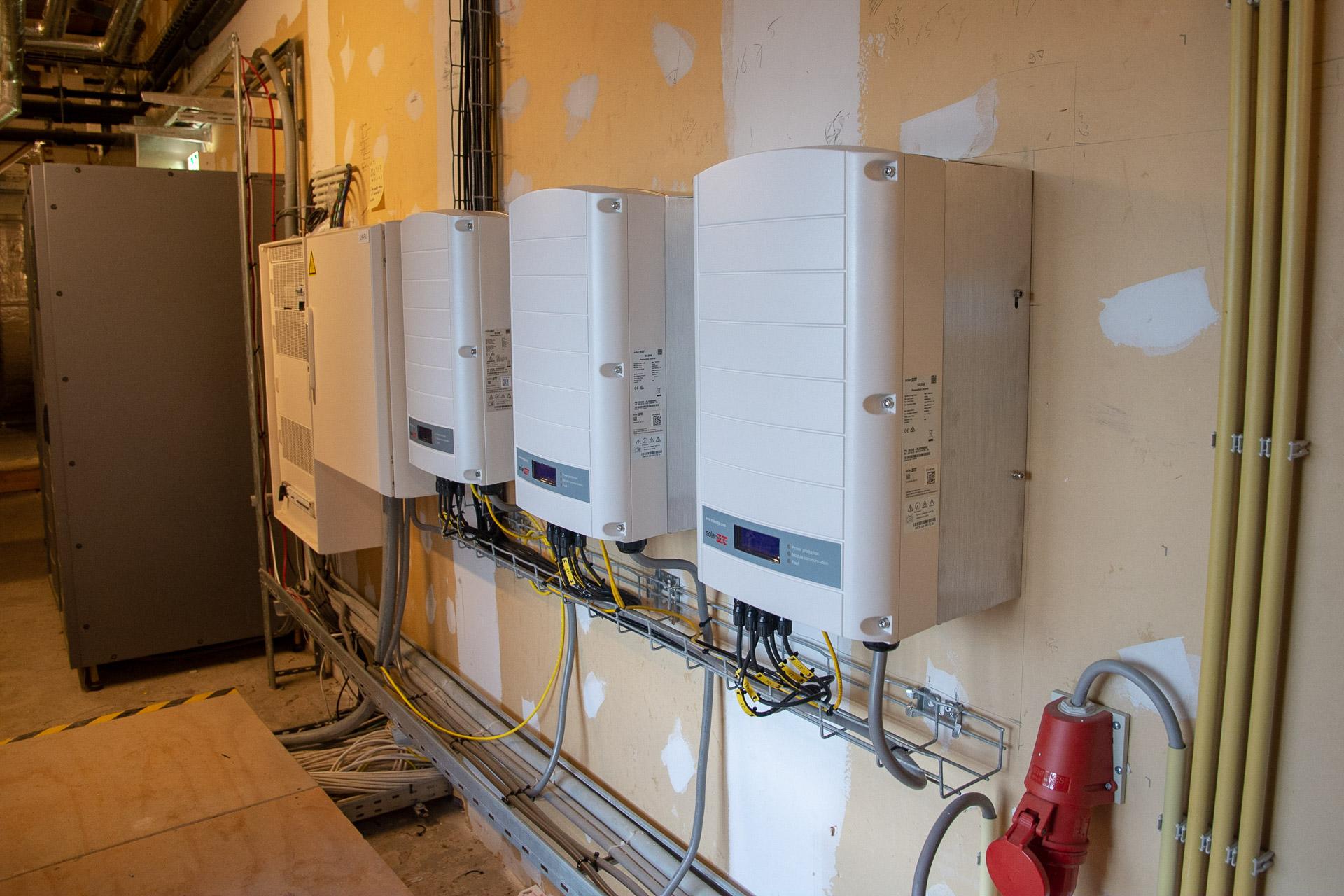 De drie SolarEdge SE25K omvormers in de technische ruimte op zolder van de Hermitage