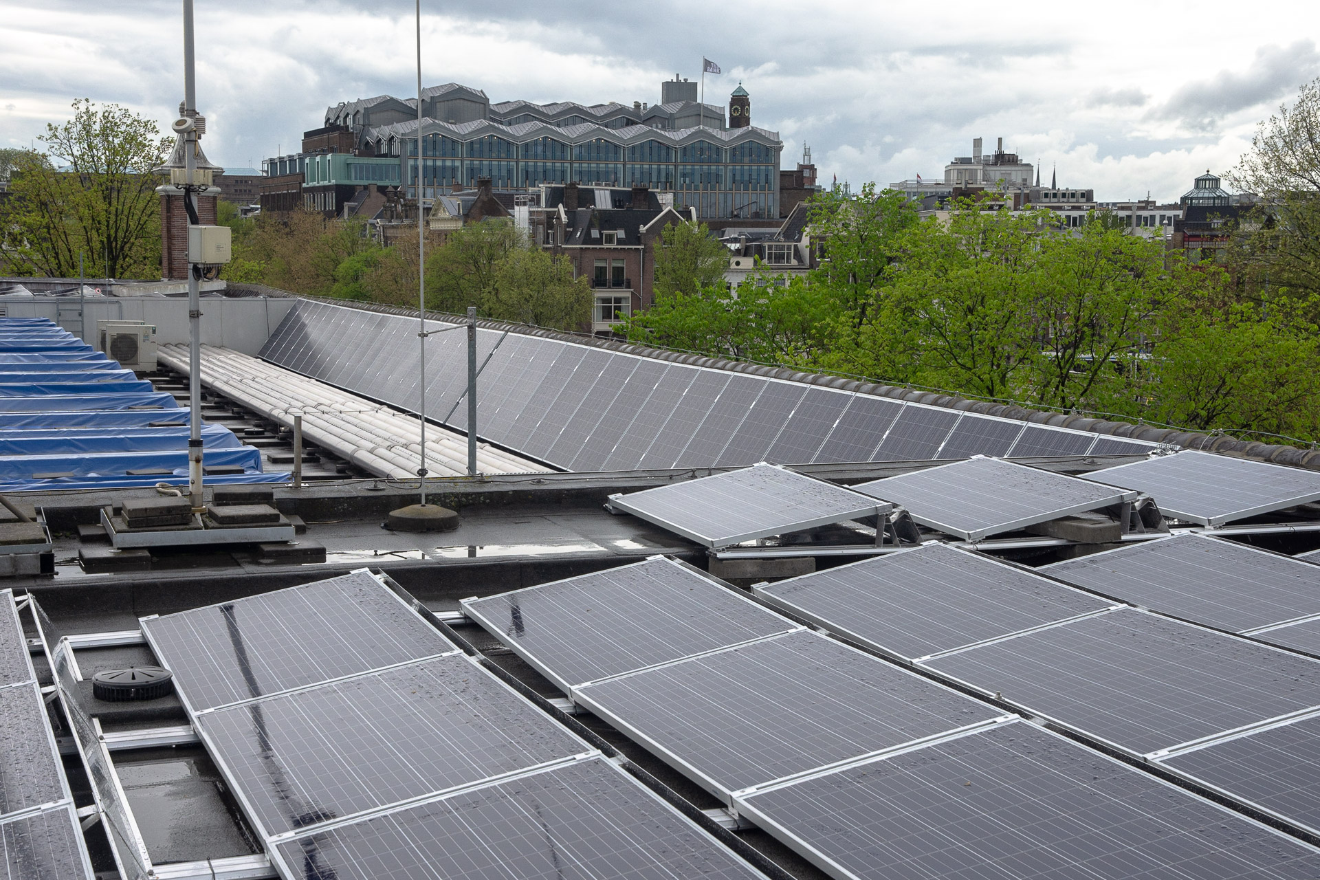 De twee verschillende oplossingen in een beeld boven op het dak van de Hermitage