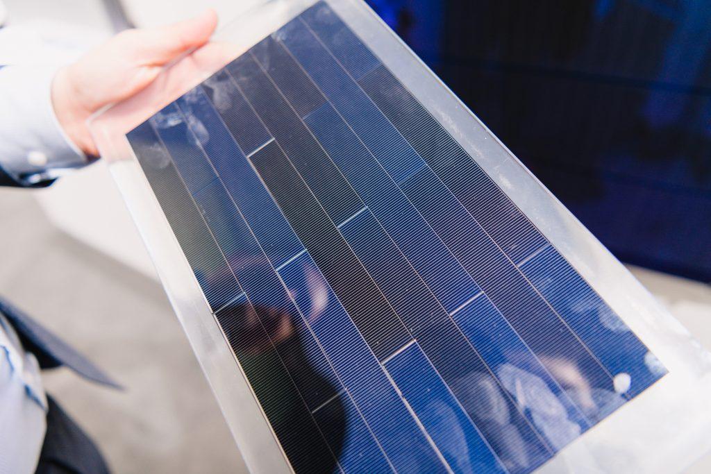 Fraunhofer ISE presenteert glazen panoramadak met zonnecellen op IAA 2019